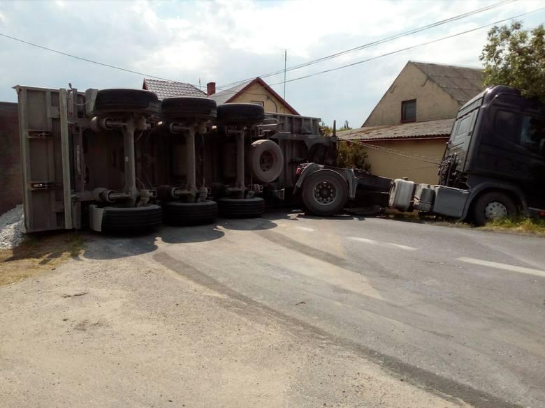 Wypadek na drodze nr 254 na trasie Barcin-Mogilno. We wsi Szczepankowo przewróciła się ciężarówka przewożąca kamień. Auto leży w poprzek drogi, blokując