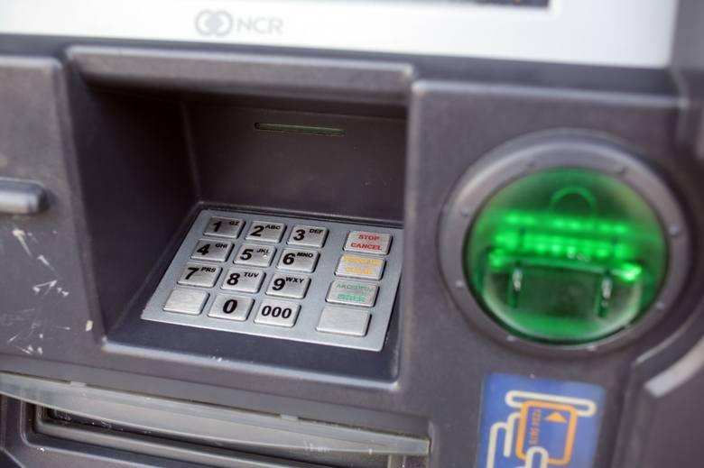 Znany bank ostrzega: wypłacasz tak gotówkę z bankomatu? Możesz stracić pieniądze! Cash Trapping  to jeden z najgroźniejszych rodzajów oszustwa.