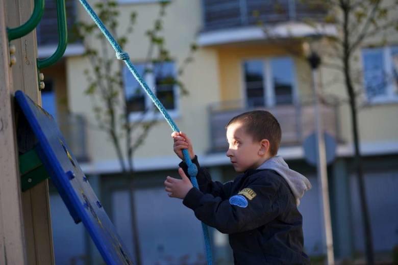 Tymek lubi wychodzić z tatą i Oliwierem na plac zabaw