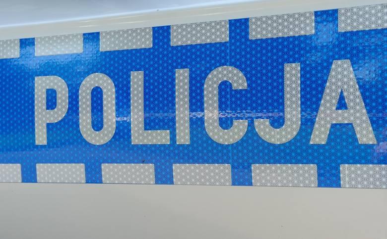 Szalona zmienność akcji z interwencją policyjną w tle