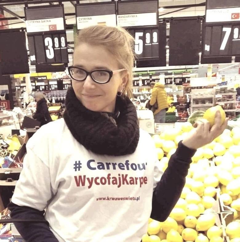 Wrocław: W Carrefourze protestowali przeciwko sprzedaży żywych karpi