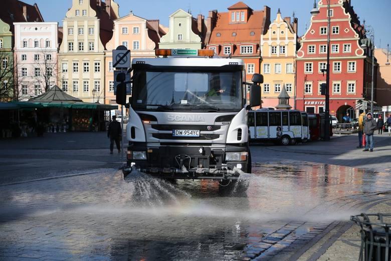 Od jutra zaczynaną obowiązywać nowe umowy dotyczące całorocznego utrzymania czystości oraz porządku w gminie Wrocław. Zostały one podpisane na 2 lata.