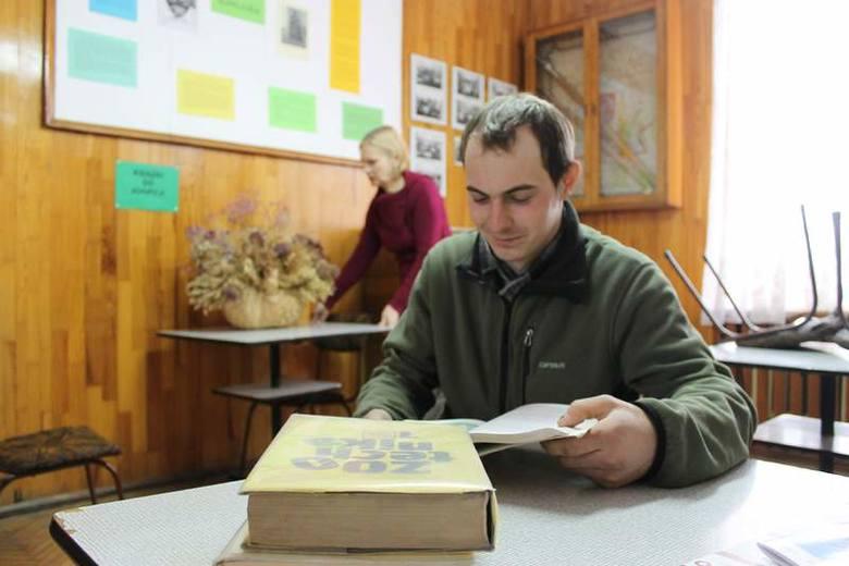- Prowadzę gospodarstwo rolne, a nauczyciele bardzo pomagają mi w łączeniu nauki i pracy - chwali szkołę w Żłobiźnie Paweł Bider. Takich uczniów jak