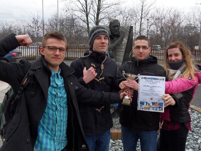 Wzmocnieni  wiarą we własne siły - Kornel, Staszek, Michał i Agnieszka - wrócili z pucharem i dyplomami do Opola.
