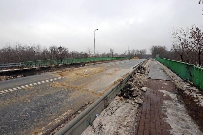 Wiadukt na ulicy Mikołajczyka w Sosnowcu jest zamknięty od środy do piątku. MZUK od rana w czwartek na nim pracował. Zobacz kolejne zdjęcia. Przesuń