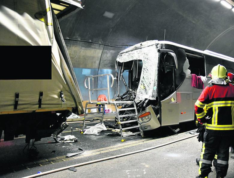 W tunelu na autostradzie zderzyły się ze sobą cztery samochody osobowe, jeden ciężarowy i polski autokar.<br />