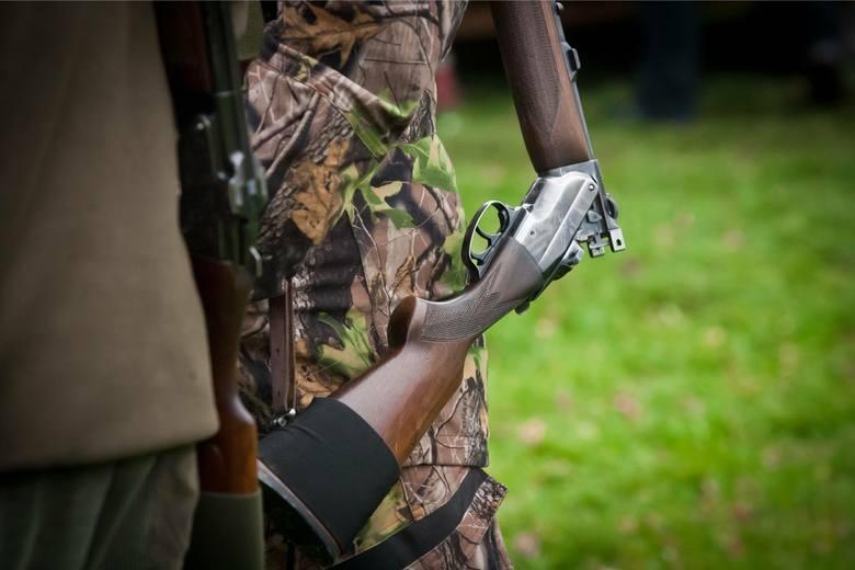 Myśliwy zastrzelił myśliwego koło Tomaszowa. Śmiertelny wypadek na polowaniu wydarzył się w gminie Czerniewice. Prokuratura wszczęła śledztwo.CZYTAJ