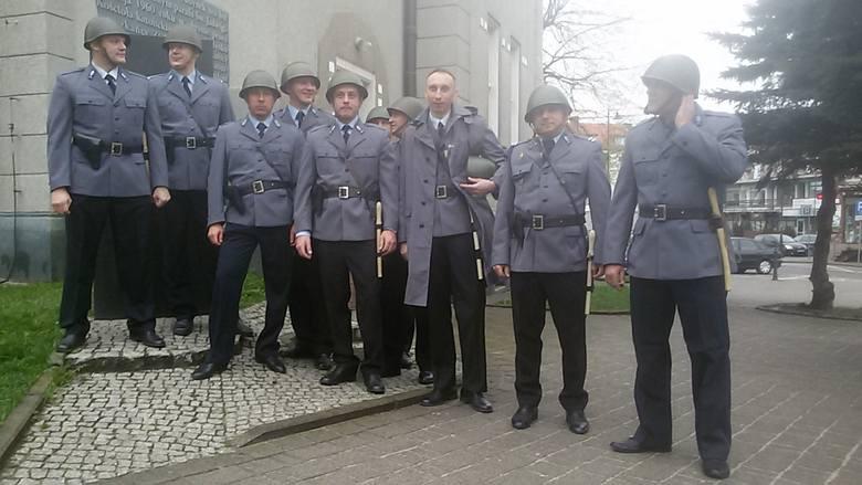 Grupa rekonstrukcyjno-filmowa z Bemowa ubrana z mundury milicji z lat 60.