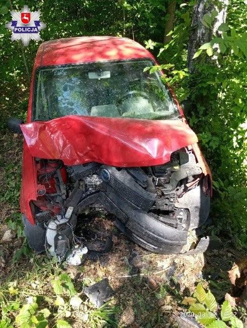 Samochód osobowy uderzył w drzewo pod Włodawą. Dwie osoby przewiezione do szpitala