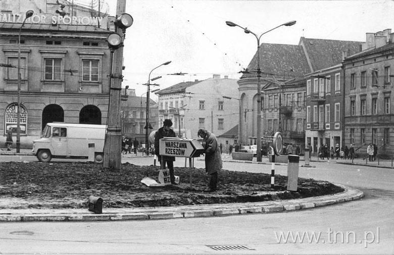 Z ronda na placu Łokietka wjeżdżało się w Krakowskie Przedmieście