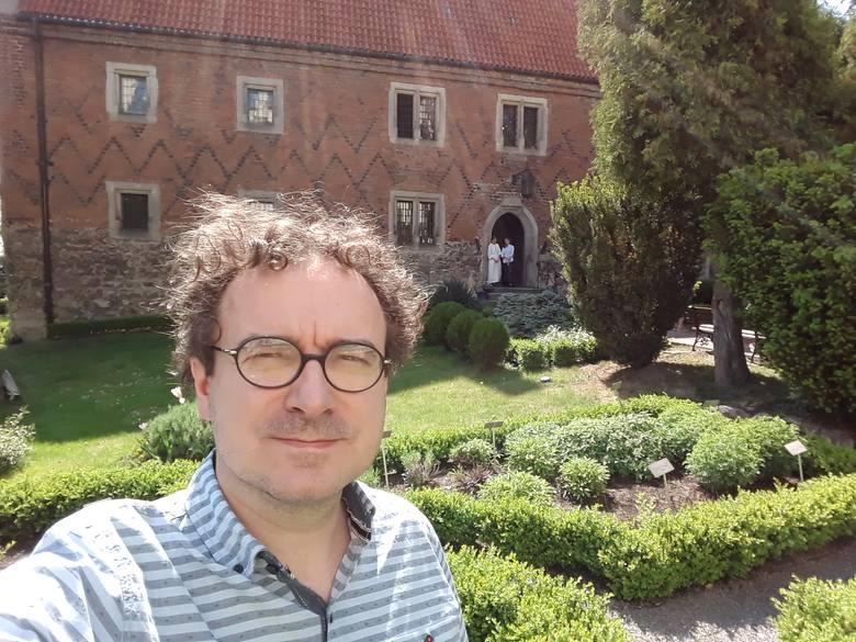 Ogród inspirowany renesansowym zielnikiem Marcina z Urzędowa znajduje się po sąsiedzku z Domem Długosza z gotyckiej cegły, w którym obecnie mieści się Muzeum Diecezjalne w Sandomierzu. Na zdjęciu jego współtwórca Tomisław Giergiel.