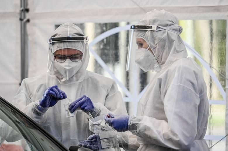 Czy faktycznie spada liczba zakażonych koronawirusem? Mniej wykonanych testów to mniej zakażeń w statystykach