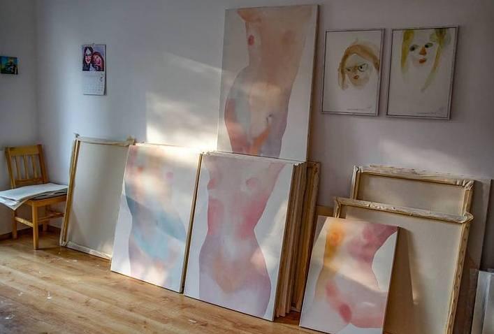 - Moje obrazy mają ukazywać zmienność i różnorodność ciała - tłumaczy Maria Iciak, polska malarka i autorka wystawy zatytułowanej