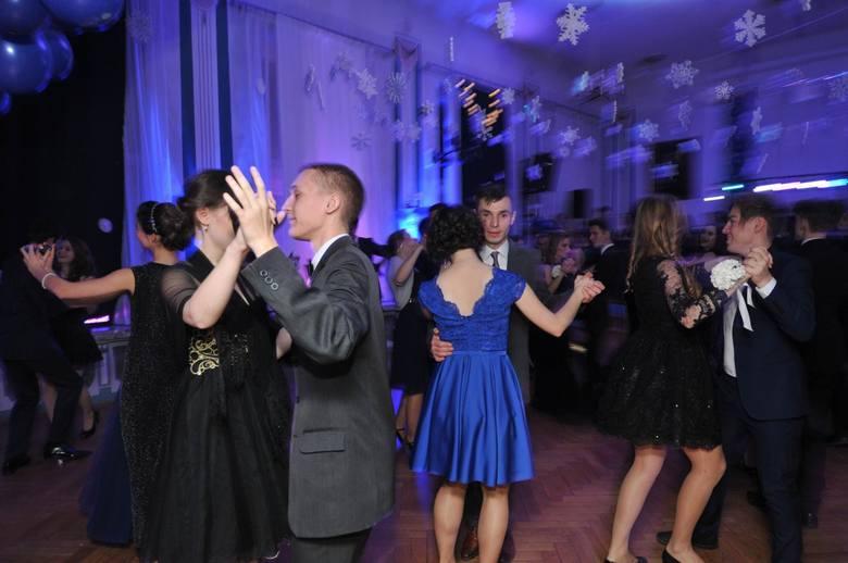 Bal maturalny to dla wielu impreza, którą wspomina się latami. Polonez, eleganckie suknie, garnitury i zabawa do białego rana sprawiają, że jest to jedno