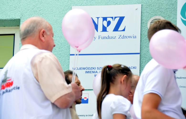 """Pikieta przed szpitalem w Krośnie: """"Walczymy o jego przyszłość"""" [ZDJĘCIA, WIDEO]"""