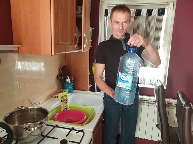 Pan Dawid pokazuje swój kran: - Mamy butelkę, nowoczesne urządzenie - śmieje się.