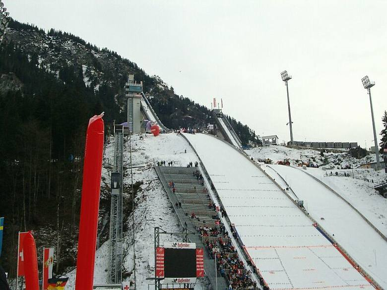 Punkt konstrukcyjny: 120 metrówRekord skoczni: 143,5 m (Sigurd Pettersen, Norwegia, 29.12.2003)Letni rekord skoczni: 145,5 m (Gregor Schlierenzauer,