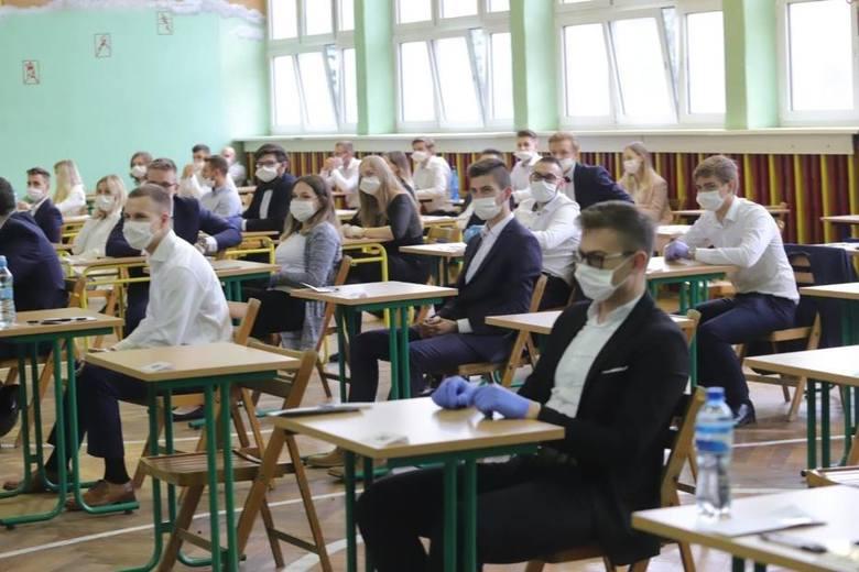 W Pabianicach egzamin ósmoklasisty zdaje 452 uczniów. Jak wygląda w czasie epidemii?