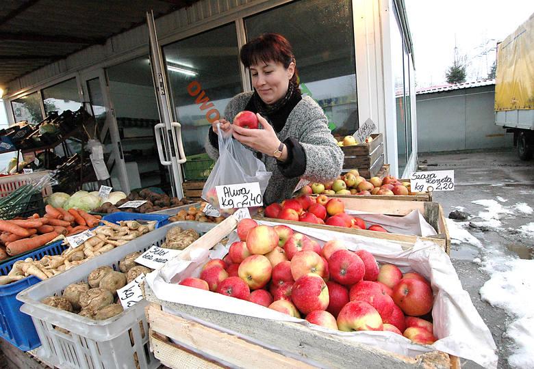 Teresa Wojtkiewicz właścicielka pawilonu z warzywami i owocami - Umowę na dzierżawę mam podpisaną do lutego 2007 roku. Wcześniej zajmowałam się dziecięcymi