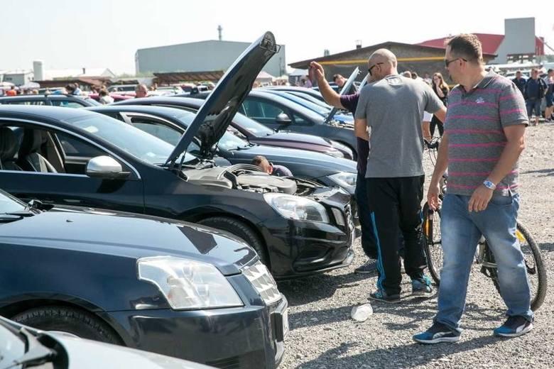 Często można usłyszeć, że za używane auto należy zapłacić przynajmniej 10 czy 15 tysięcy. Mimo wszystko można znaleźć wiele tańszych aut, a jeśli dobrze