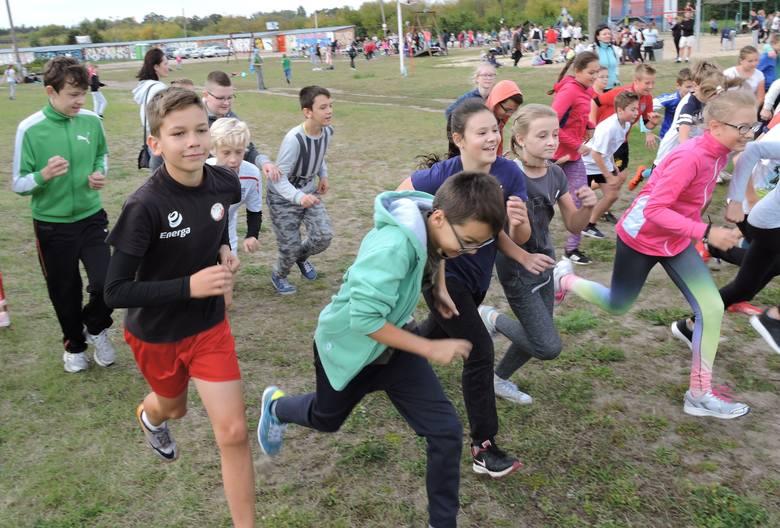 """Cała szkoła biegała. Akcja """"Biegnij z Jedynką"""" na plaży w Ostrołęce"""