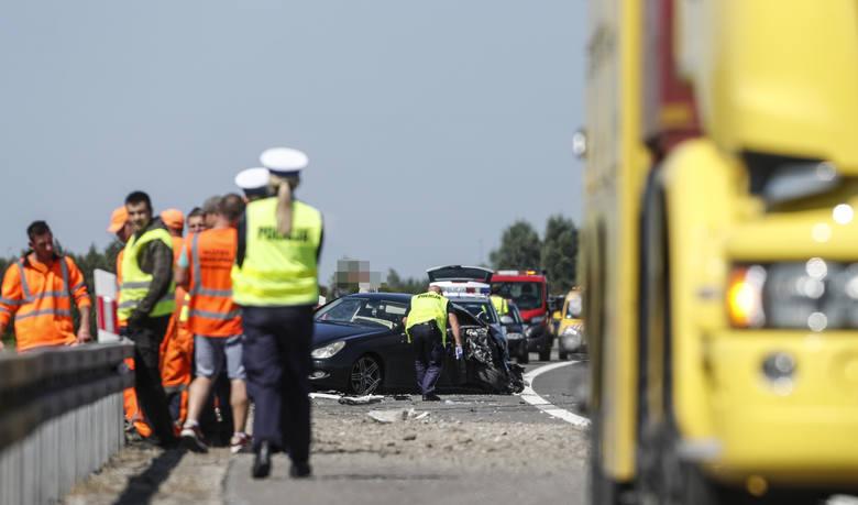 Do zdarzenia doszło na A4 w Terliczce k. Rzeszowa. Samochód ciężarowy, przewożący kombajn zbożowy, wskutek awarii opony zjechał na prawo i uderzył w