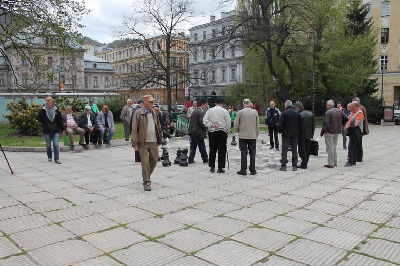 Na szachownicy w centrum miasta ruch panuje od rana do nocy. Graczom zawsze towarzyszą kibice. Często dość rozgorączkowani.