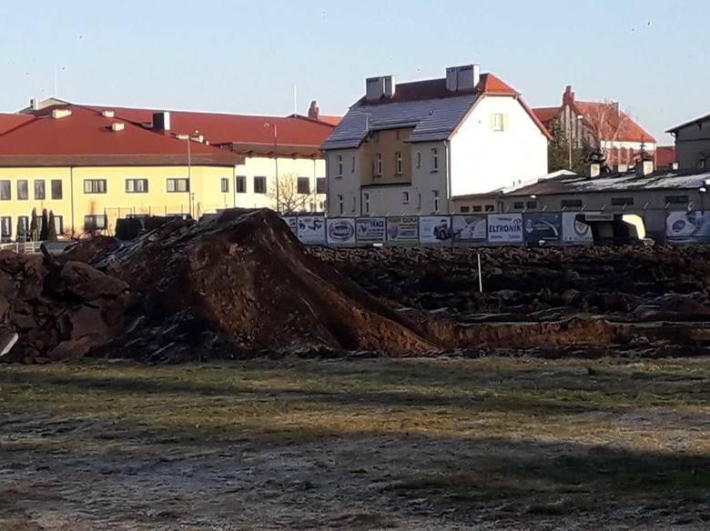 Ruszyły prace przy modernizacji stadionu miejskiego. Na teren boiska głównego zlokalizowanego na terenie OSiR wjechał ciężki sprzęt. Prace obejmują wykonanie