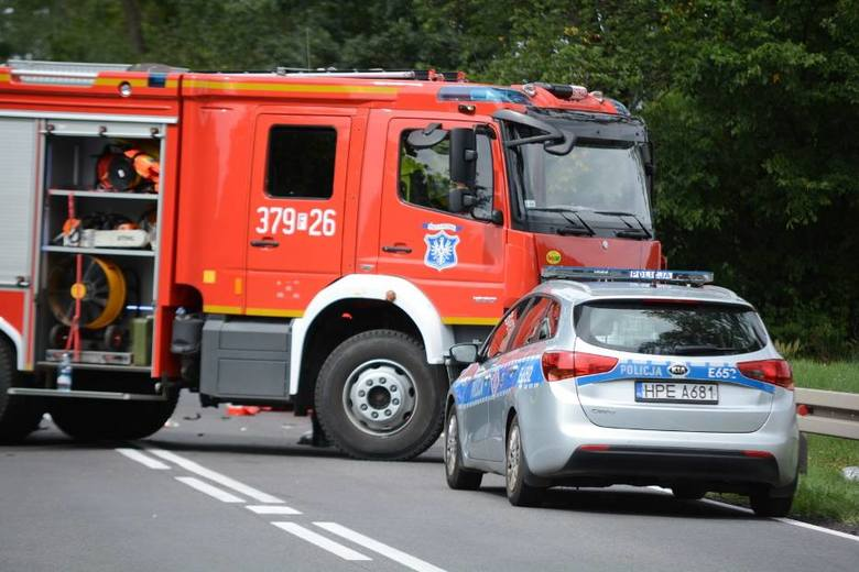 Do wypadku doszło w sobotę 10 sierpnia na drodze krajowej nr 24 przed miejscowością Wierzbno. Na miejscu zginął kierujący skuterem. Na miejscu pracują