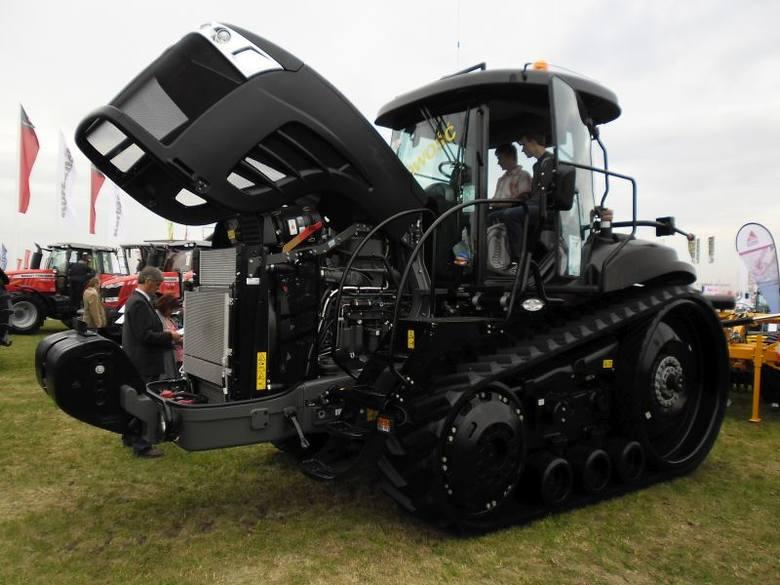 Ciągnik na gąsienicach 762 mm. Challenger MT 775E. Pompa hydrauliczna o wydatku 321l/min. Zbiornik paliwa - 773 l.