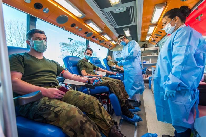 """W ramach akcji """"Odporna wiosna"""" terytorialsi oddawali też krew. Tu podczas akcji na terenie jednostki wojskowej na radomskim Sadko"""