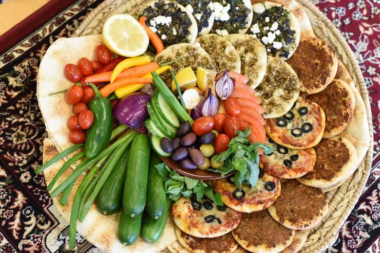 Śniadanie w bogatej wersji może być całkiem proste. Wystarczą placki z piekarnika z pastą z suszonych pomidorów, pesto czy zielonych warzyw i sera, a