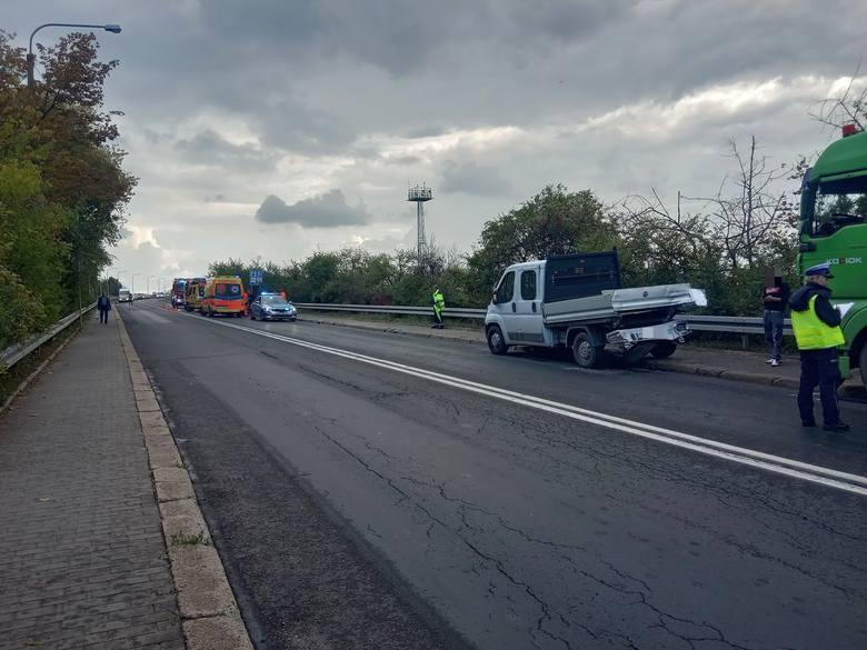 Zderzenie trzech samochodów w Opolu. Jedna osoba została przewieziona do szpitala