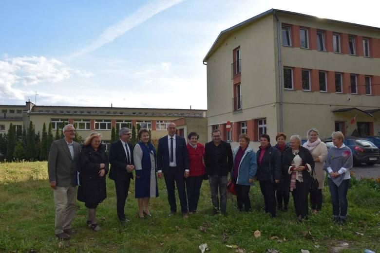 Samorządowcy i dyrekcja szkoły w miejscu budowy hali balonowej