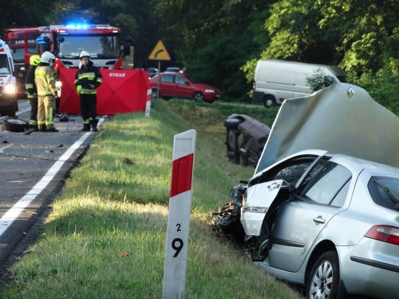 Siła zderzenia była potężna - samochody wpadły do rowu i zatrzymały się ponad 100 metrów od siebie. Kierowca opla został uwięziony we wraku. Strażacy