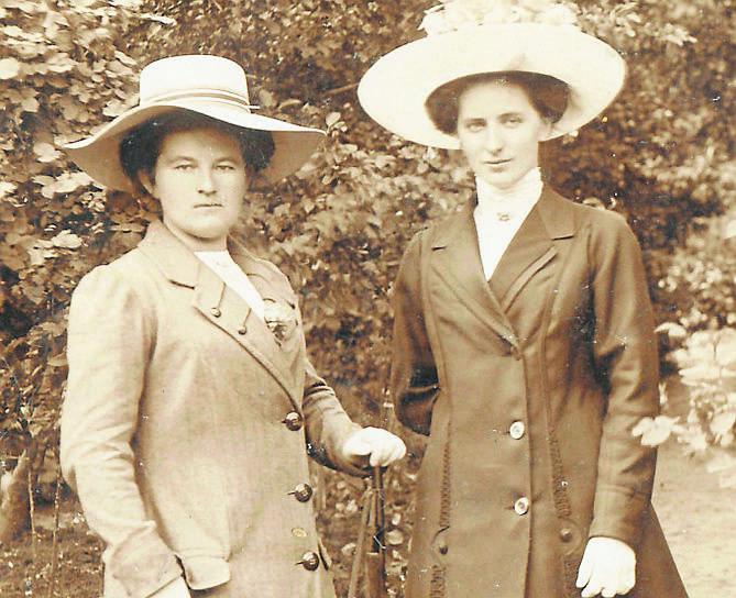 Babcia Antonina (z prawej) uchodziła za elegantkę, jako żonie szewca dobrze jej się powodziło