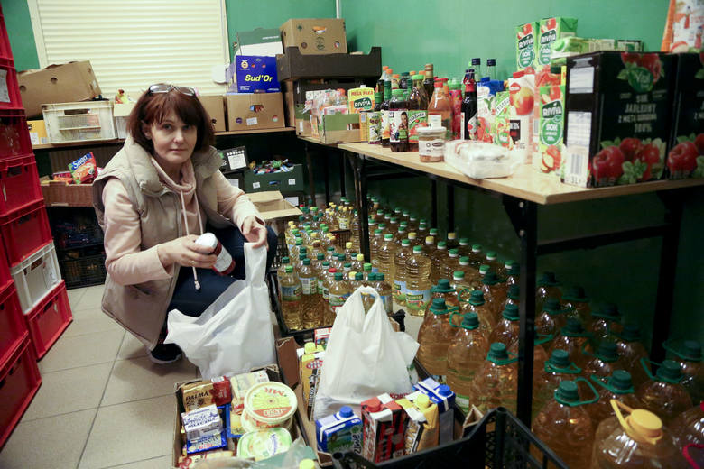 Renata Sikorska jest wolonatriuszką w Caritasie. Pakuje przedświąteczne paczki. - Bardzo dużo ludzi po nie przychodzi. A ja lubię pomagać - uśmiecha się. <br />