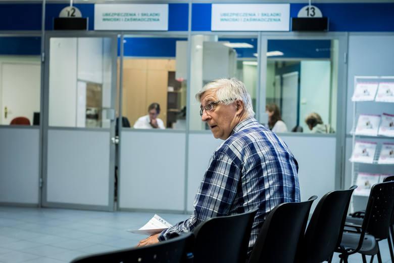O ile wzrośnie emerytura? Takie są wyliczeniaDzięki nieopodatkowaniu emerytur seniorzy mogliby liczyć na znacznie wyższe świadczenia z ZUS. Przykładowo