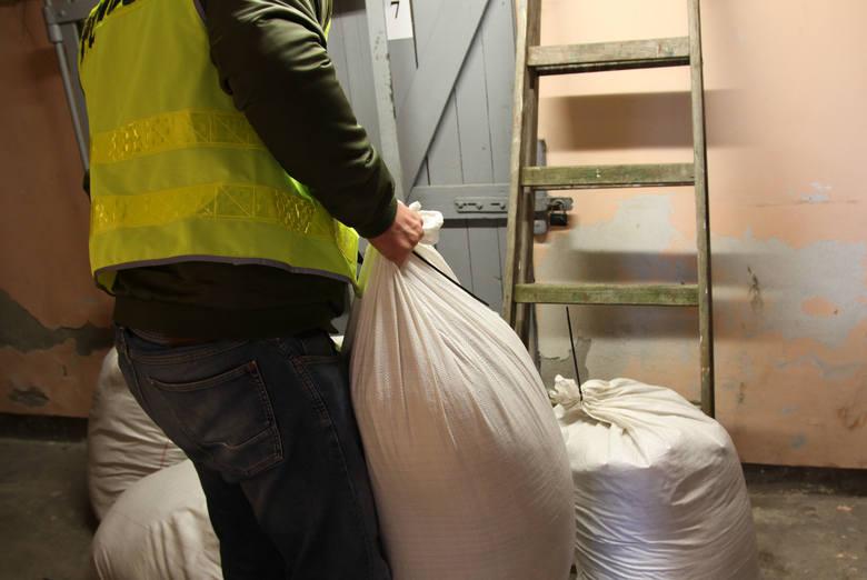 Policjanci z żarskiej komendy przechwycili blisko pół tony nielegalnej krajanki tytoniu oraz ponad 31 tysięcy paczek papierosów akcyzy. Kontrabandę posiadał