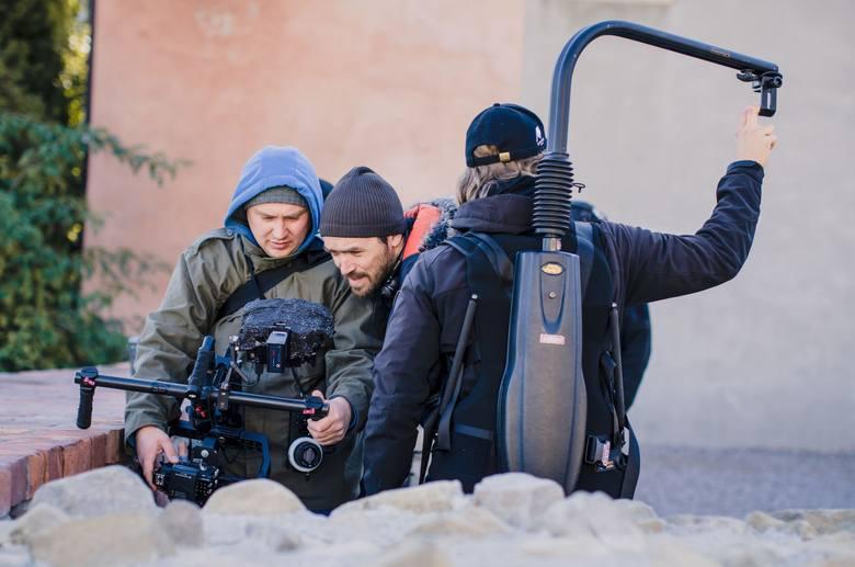 """Kristoffer Rus, reżyser """"Polski filmowej"""" (w środku) w trakcie pracy na placu Po Farze."""