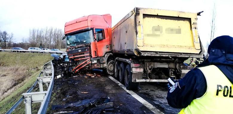 Czerwonka. Wypadek na DK 8. Ciężarówka zderzyła się z osobówką