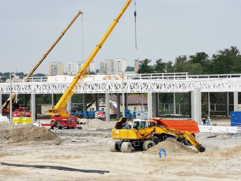 Chrzanów. Trwa budowa centrum handlowego na terenie byłego szpitala. Zobacz jak zmieniło się to miejsce [ZDJĘCIA]