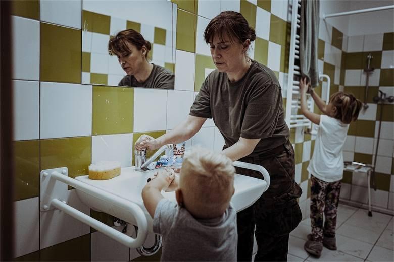 Żołnierze Wojsk Obrony Terytorialnej wsparli Placówkę Opiekuńczo-Wychowawczą nr 1 w Gostycynie. Opiekowali się przebywającymi tam dziećmi. Zastąpili