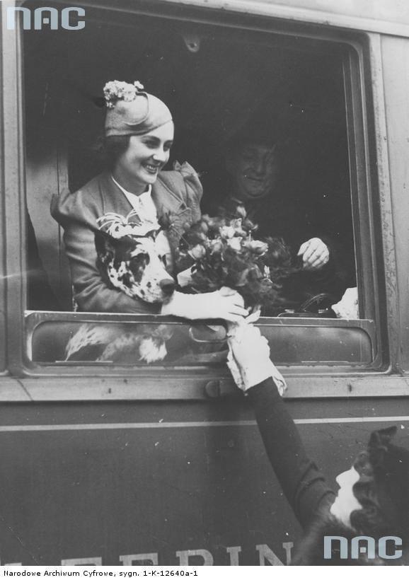 Miss Europa Tatiana Masłowa w oknie pociągu po przyjeździe do Warszawy.