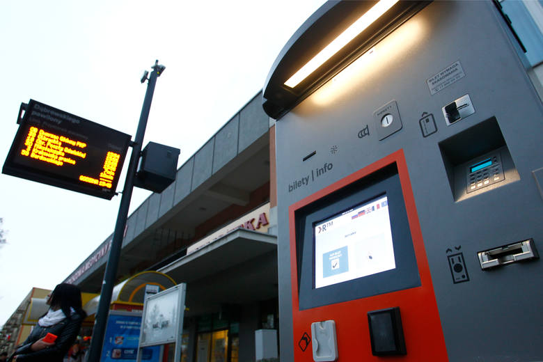 Przy przystankach są automaty z biletami.