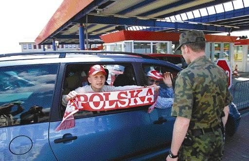 W Kołbaskowie spotkaliśmy męską wyprawę na mundial. Z Władysławowa do Gelsenkirchen jadą Mateusz Konkel (z szalikiem), jego tata Bartłomiej oraz Sławomir