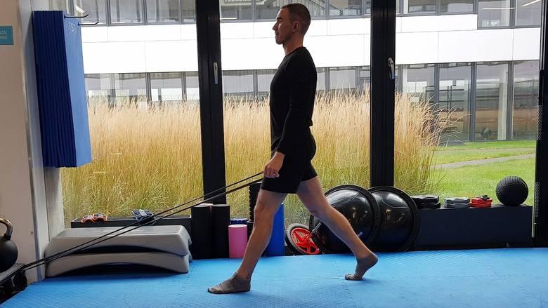 Ćwiczenia z gumą na brzuch, pośladki,  plecy, uda i ramiona. Z gumową taśmą możesz wykonywać ćwiczenia rehabilitacyjne także w domu