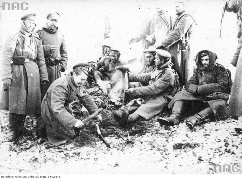 Żołnierze 12. Dywizjonu Artylerii Moździerzy przy ognisku, między 1915 a 1917.