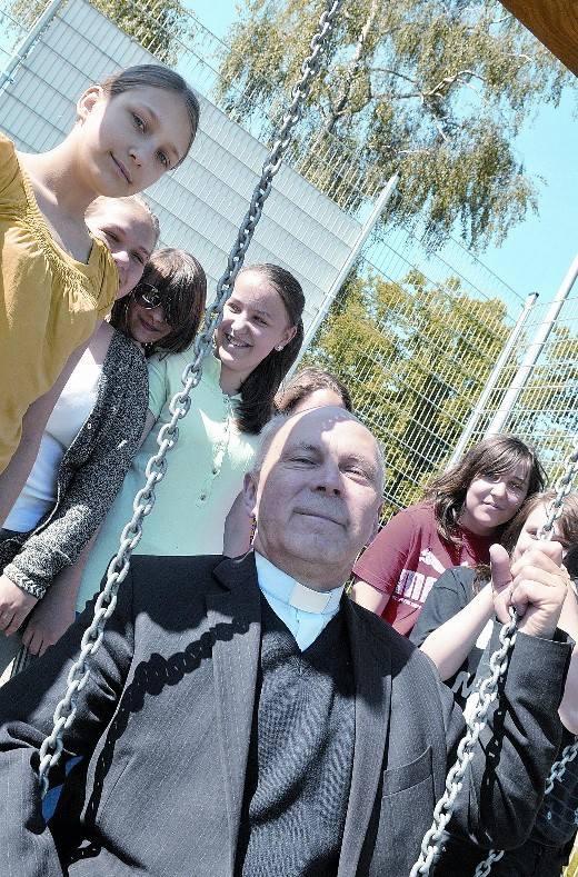 - To fajna parafia, dużo się tu dzieje dla młodych - twierdzą dziewczyny z liceum plastycznego. Właśnie przyszły pograć w piłkę na boisku za plebani