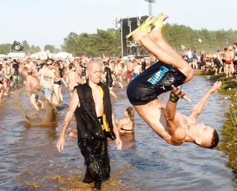 Błotny grzybek to niewątpliwie jedna z największych atrakcji festiwalu. Wiele osób twierdzi, że aby poczuć klimat tego miejsca, trzeba zażyć błotnej